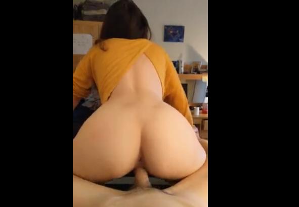 Amante novinha sentando na rola