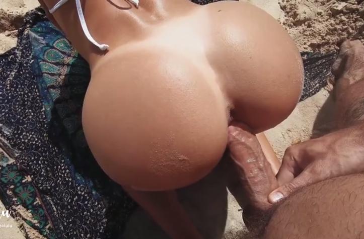 Amadora gostosinha levando de quatro na praia