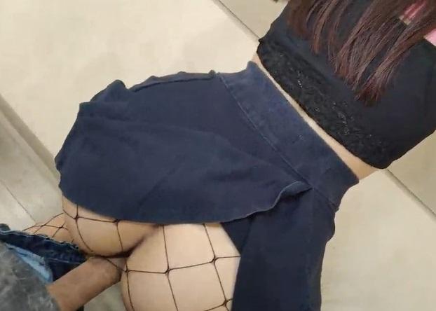 Safada de mini saia dando a buceta