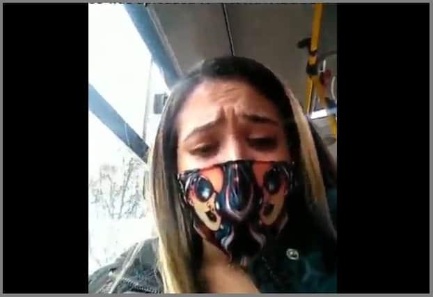 Loira brasileira tocando siririca dentro do ônibus publico