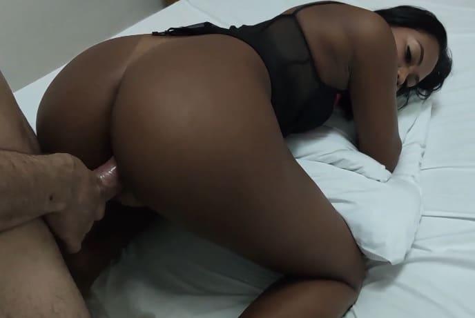 Negra deliciosa chupando e fazendo anal apertadinho