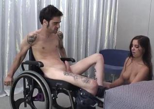 Mulher sentando na rola do cadeirante