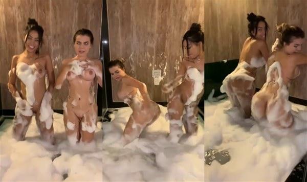 Grazi Mourao Dançando funk Pelada na banheira com amiga